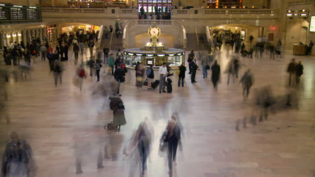 t/l ws people walking in main concourse at grand central station / new york city, new york, usa - fahrkartenschalter stock-videos und b-roll-filmmaterial