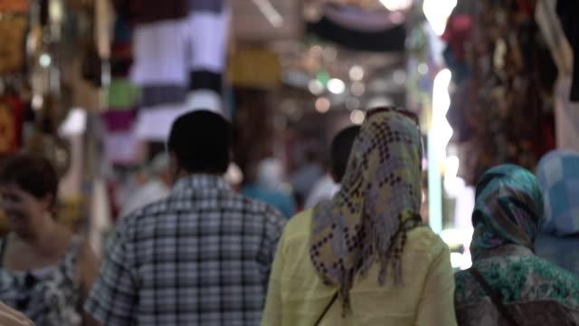 vídeos y material grabado en eventos de stock de people walking in marrakesh market, slow tilt down - wiese