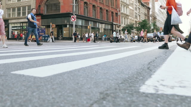stockvideo's en b-roll-footage met mensen wandelen in new york city - low angle view