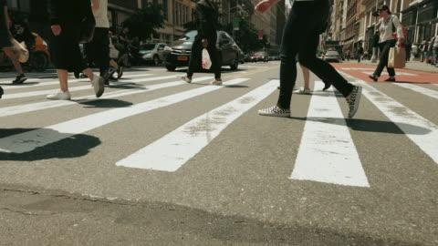 vídeos y material grabado en eventos de stock de la gente caminando en la ciudad de nueva york - paso peatonal vías públicas