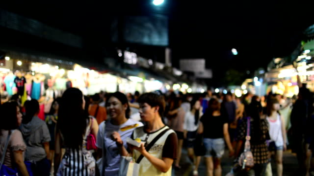 stockvideo's en b-roll-footage met people walking in night market - kopen