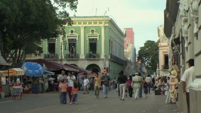 vídeos y material grabado en eventos de stock de ws people walking in old town / merida, yucatan, mexico - mérida méxico