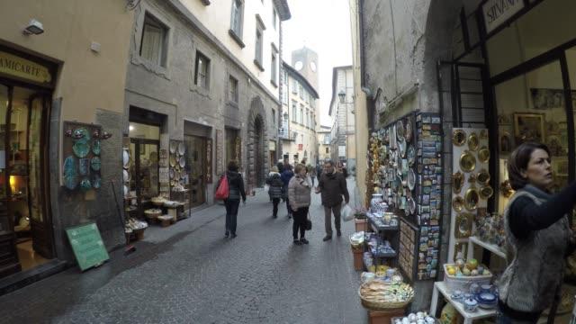 イタリア・ウンブリア州オルヴィエートを歩く人々 - お土産点の映像素材/bロール