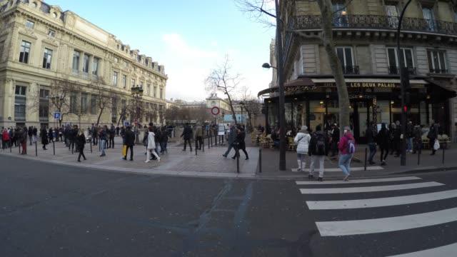 vidéos et rushes de personnes marchant à paris, france - passage pour piétons