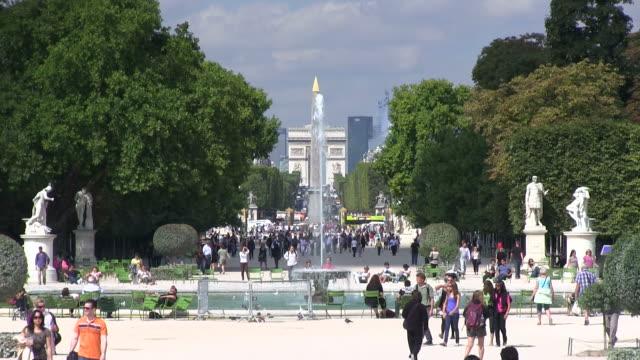 ws people walking in park / paris, ile-de-france, france    - gemeinsam gehen stock-videos und b-roll-filmmaterial