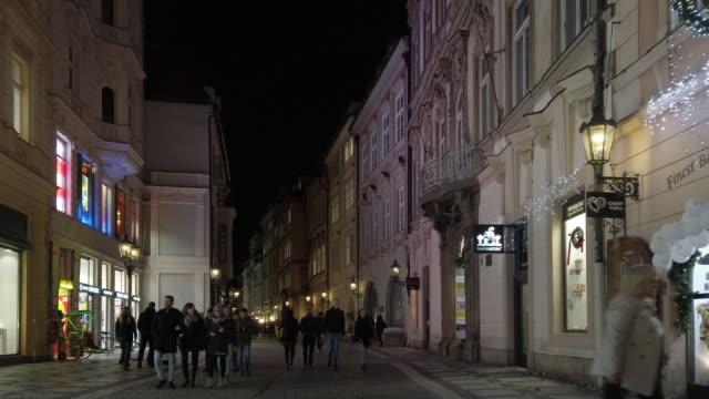 stockvideo's en b-roll-footage met mensen lopen in praag celetna 's nachts - stare mesto