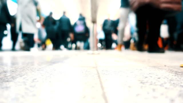 människor som vandrar i railroad station - järnvägsperrong bildbanksvideor och videomaterial från bakom kulisserna