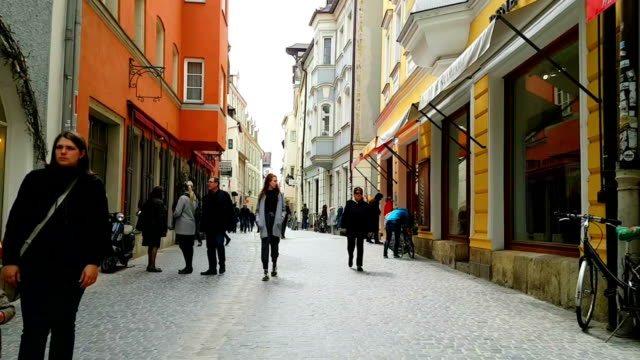 vidéos et rushes de gens marchant dans la vieille ville de ratisbonne - façade