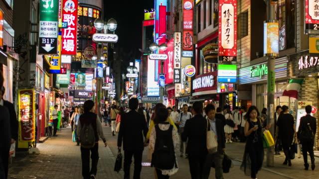 people walking in shibuya - ネオンサイン点の映像素材/bロール