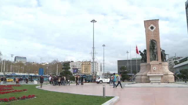 people walking in taksim square in istanbul, turkey - スクエア点の映像素材/bロール