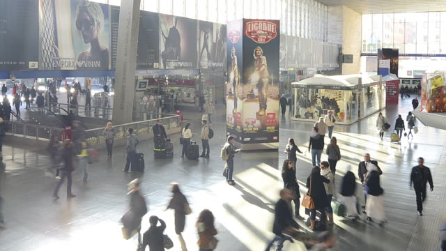 wa t/l people walking in termini station - stazione video stock e b–roll