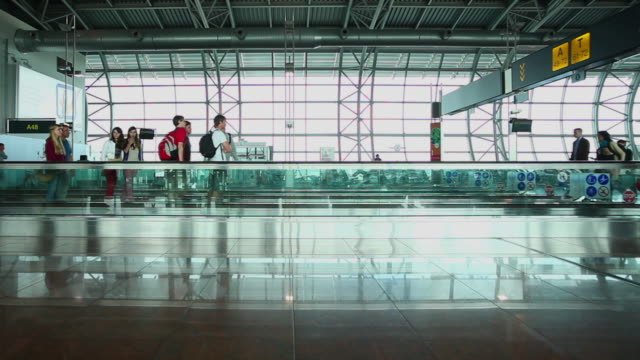 ws t/l people walking in the airport - flughafen stock-videos und b-roll-filmmaterial