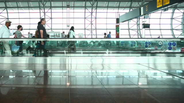people walking in the airport - 飛行場点の映像素材/bロール