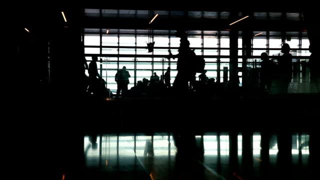 vídeos de stock e filmes b-roll de pessoas a caminhar no aeroporto - doha