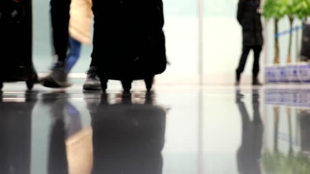 Menschen zu Fuß in Flughafen