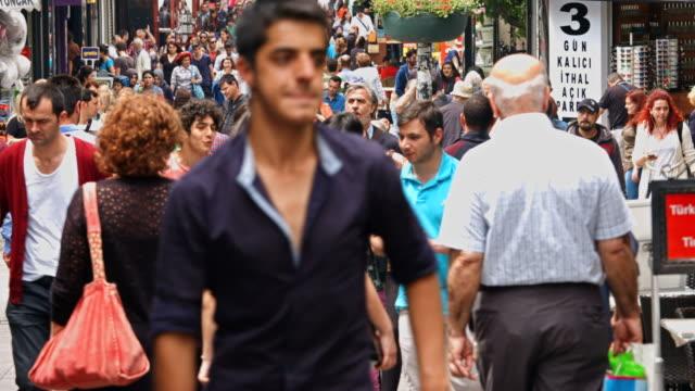 vídeos de stock, filmes e b-roll de 4 k: pessoas caminhando no bazaar - jogando se na multidão