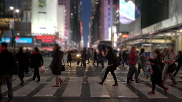 vídeos y material grabado en eventos de stock de people walking in the city at night. pedestrians crossing street. commuters background - cruzar