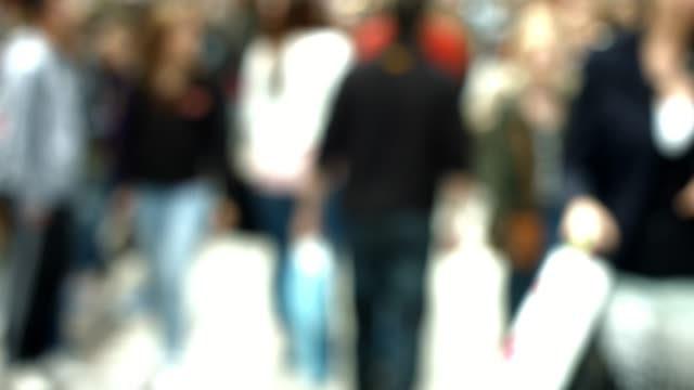 people walking in the city street - pedone ruolo dell'uomo video stock e b–roll