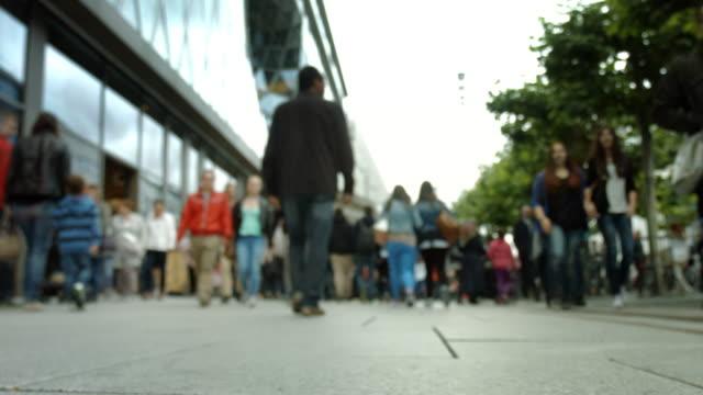 menschen, die in der city street spazieren gehen - low angle view stock-videos und b-roll-filmmaterial
