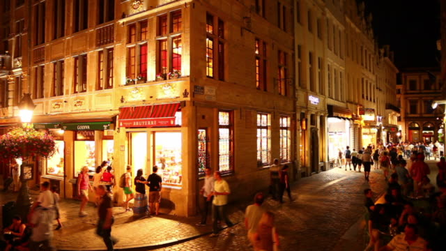 ws t/l people walking in the old town of brussels at night - 史跡めぐり点の映像素材/bロール