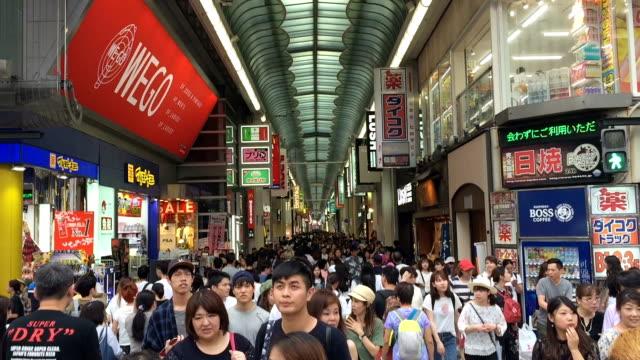 大阪心斎橋を歩いて人々。