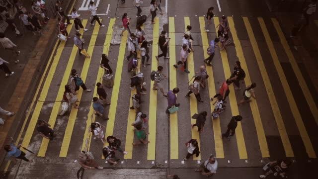 passanten auf der straße von hong kong city - hongkong stock-videos und b-roll-filmmaterial