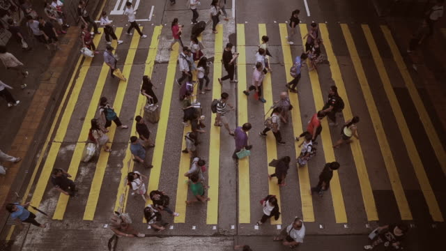 vídeos de stock, filmes e b-roll de pessoas andando na rua da cidade de hong kong - tempo