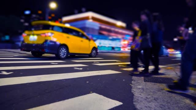 vidéos et rushes de personnes marchant dans les rues de taipei. taiwan - plan en travelling
