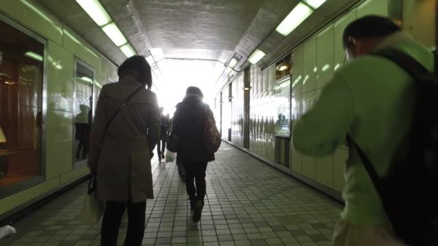 vídeos de stock, filmes e b-roll de pessoas caminhando no túnel - passagem subterrânea via pública