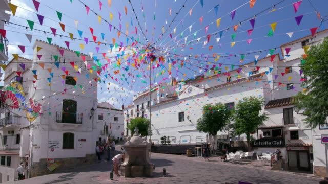 vídeos y material grabado en eventos de stock de people walking in town centre, casares, andalusia, spain - villa asentamiento humano