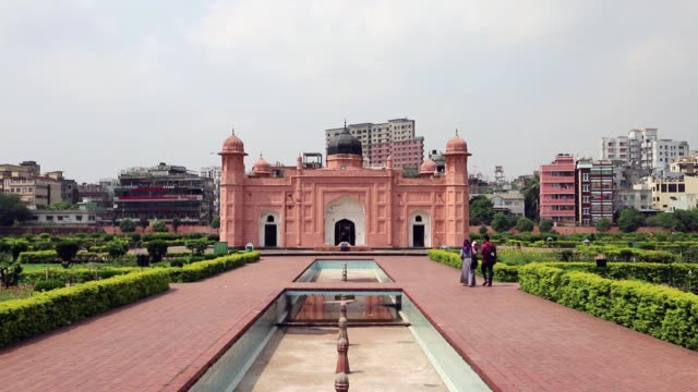 people walking inside lalbagh fort dhaka an incomplete 17th century mughal fort complex construction in 1678 ad by mughal subahdar muhammad azam shah... - dhaka stock-videos und b-roll-filmmaterial