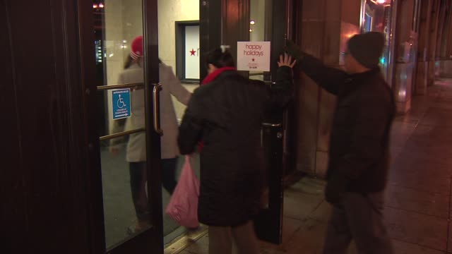 wgn people walking into macy's on december 26 2013 in chicago illinois - markenname stock-videos und b-roll-filmmaterial