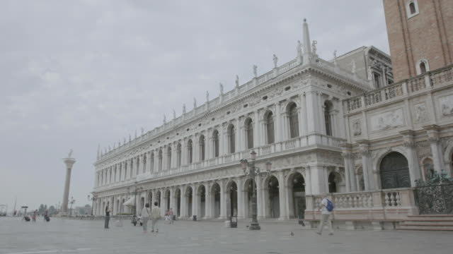 ws pan people walking near doge's palace at st. mark's square / venice, italy - palace video stock e b–roll