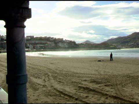 Menschen zu Fuß am Strand in San Sebastian, Spanien