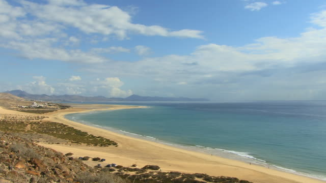 ha ws people walking on beach/ playa de sotavento de jandia, fuerteventura, canary islands - nordatlantik stock-videos und b-roll-filmmaterial