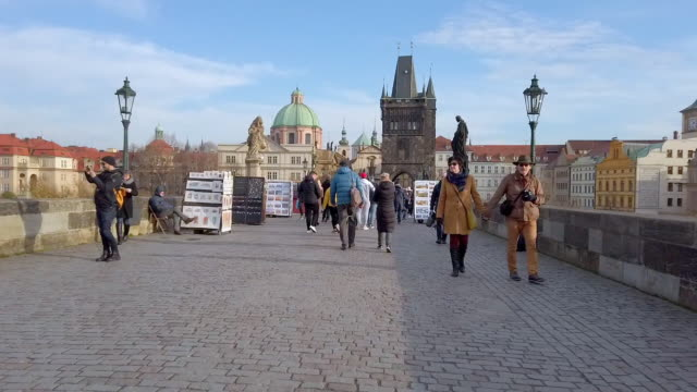 stockvideo's en b-roll-footage met mensen lopen op de karelsbrug in praag - stare mesto