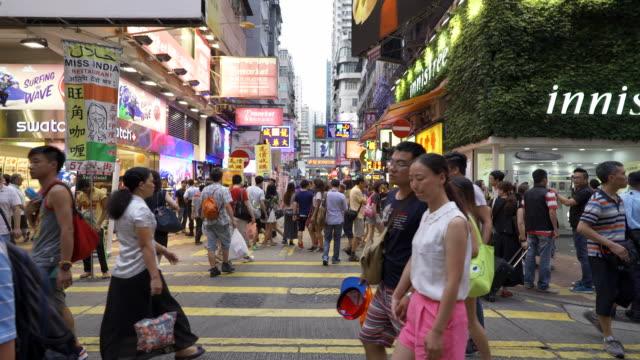 Menschen zu Fuß auf Zebrastreifen in Hong Kong