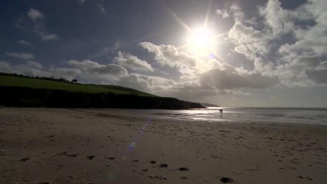 vídeos y material grabado en eventos de stock de people walking on deserted beach in cornwall in autumn - cornwall inglaterra