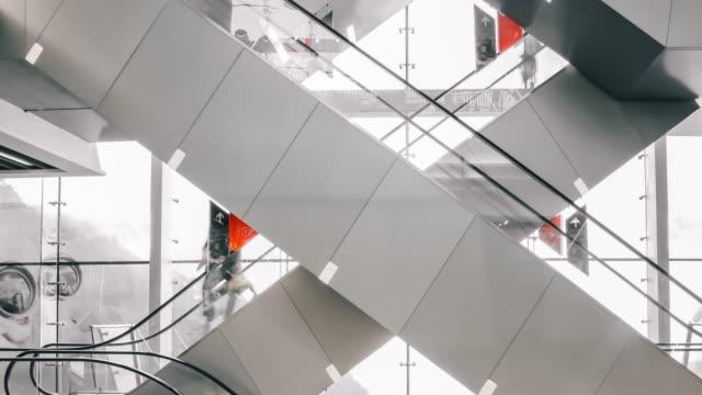 menschen, die auf rolltreppe laufen - berg victoria peak stock-videos und b-roll-filmmaterial
