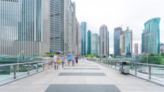 人々徒歩での小道と近代的なビルの一言タイムラプス 4 K