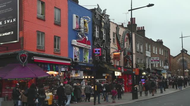vídeos de stock e filmes b-roll de ws people walking on junction of camden high street / london, greater london, uk   - norte