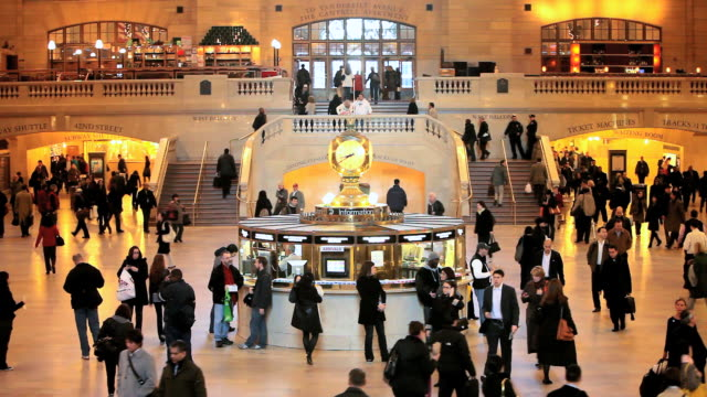 WS People walking on main terminal of grand central station / New York, United States