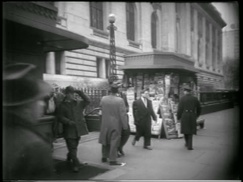 vídeos de stock e filmes b-roll de b/w 1951 people walking on nyc sidewalk after civil defense drill / newsreel - simulacro de emergência