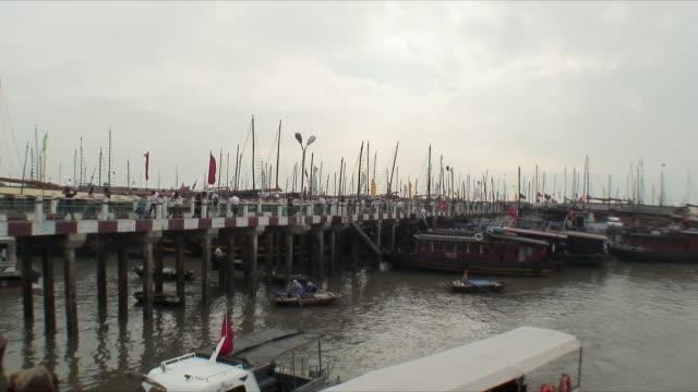 vídeos y material grabado en eventos de stock de ws people walking on pier, halong bay, vietnam - poste de madera