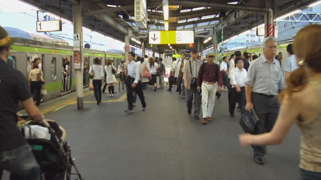 vidéos et rushes de ws, people walking on railway platform, tokyo, japan - âges mélangés
