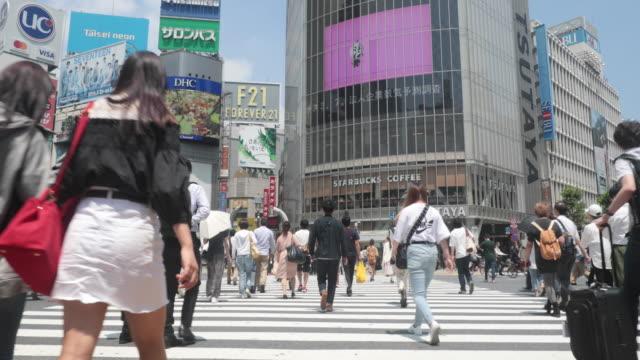 vídeos y material grabado en eventos de stock de personas caminando en el cruce de shibuya - paso de cebra