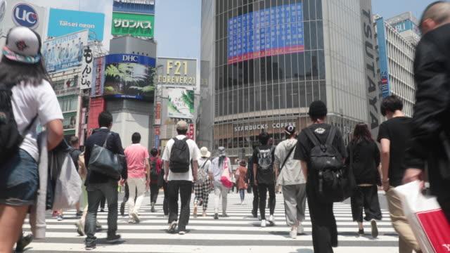 vídeos y material grabado en eventos de stock de personas caminando en el cruce de shibuya - cruce de shibuya