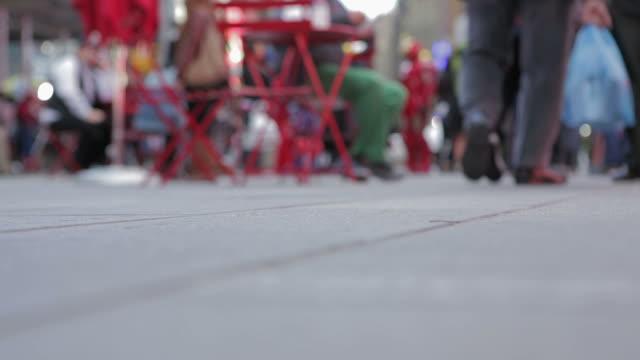 vídeos de stock e filmes b-roll de pessoas a caminhar no passeio no tempo square cidade de nova iorque - cadeira