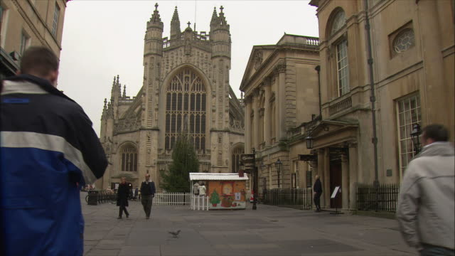 WS People walking on square in front of Bath Abbey / Somerset, United Kingdom