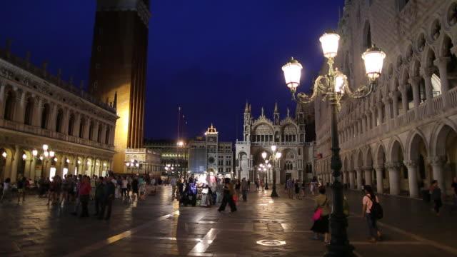 vidéos et rushes de ws people walking on st mark's square at night / venice, italy - venise